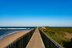 沿海洋海岸线的木小径在Urunga 免版税库存照片