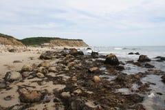沿海滩的岩石 免版税库存照片