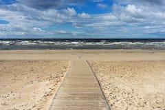 沿海滩的木走道波罗的海 免版税库存照片