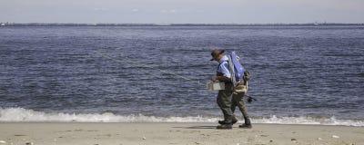 沿海滩的渔夫步行-全景 库存照片