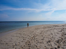 沿海滩的透明的水 免版税库存图片