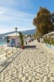 沿海滩的Massandra街道在雅尔塔市,克里米亚 免版税图库摄影
