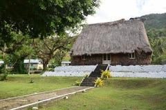 沿海滩街道的传统斐济bure在Levuka, Ovalau海岛,斐济 库存照片
