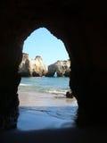 沿海algarve的洞 库存图片