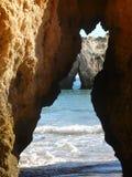 沿海algarve的洞 免版税库存图片