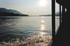 沿湄公河的美好的阳光照耀小船行程 库存图片