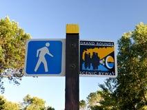 沿湖卡尔霍恩的标志标号人行道在米尼亚波尼斯,明尼苏达 免版税图库摄影