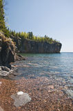 沿湖岩石海岸线主管 免版税库存照片