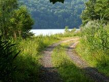 沿湖的土路 免版税库存照片