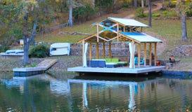 沿湖的小船船坞 库存照片