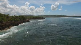 沿热带海岛岩石海岸的飞行  股票录像