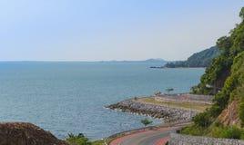 沿热带海风景的沿海路在庄他武里,泰国 免版税库存照片