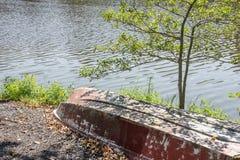 沿特拉华岸的一艘被放弃的划艇 库存图片