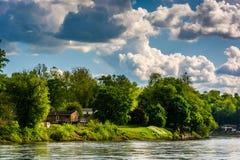 沿特拉华河的议院,看见从在伊斯顿附近, Pennsylva 免版税库存照片