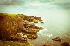 沿狂放的大西洋方式旅游路线的岩石峭壁在爱尔兰西部 库存图片