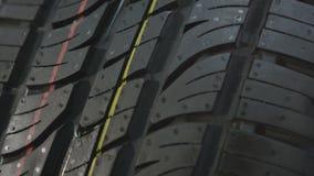 沿现代完成的轮胎的宏观行动与标记 股票视频