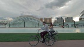 沿现代巴伦西亚视图的夫妇乘坐的自行车 股票视频