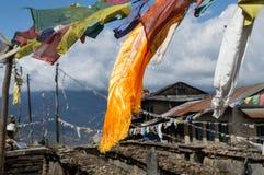 沿珠穆琅玛营地艰苦跋涉的祷告旗子在尼泊尔喜马拉雅山 库存照片