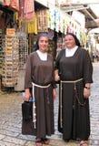 沿的两位尼姑通过Dolorosa在耶路撒冷 免版税库存照片