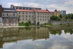 沿盛大河,剑桥,安大略,加拿大的老磨房 库存图片