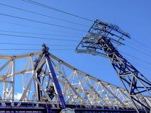 沿着一座电定向塔的罗斯福桥梁 免版税库存图片