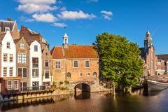 沿着一条运河在Delfshaven,荷兰的中世纪房子 库存照片