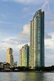 沿着河的一个摩天大楼 免版税库存图片