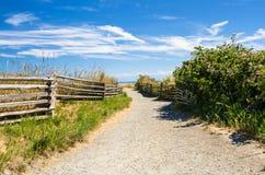 沿着温哥华岛海岸的空的石渣道路  库存图片