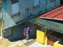 沿着走台阶的人们在圣胡安` s少数民族居住区 免版税图库摄影