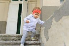 沿着走台阶的女孩 库存照片