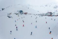 沿着走吹口哨Blackcomb倾斜的滑雪者和挡雪板  免版税库存照片