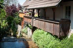 沿着走房子的河 库存照片