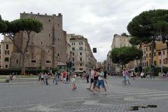 沿着走街道的人民在罗马,意大利 库存图片