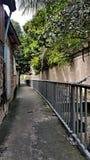 沿着运河的人行道 免版税库存图片