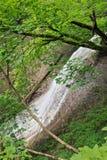 沿着银色小瀑布秋天 库存图片