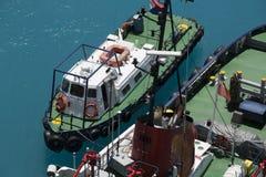 沿着给小船加油的猛拉小船 免版税库存照片