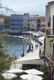 沿码头的散步在港口城市干尼亚州 免版税图库摄影