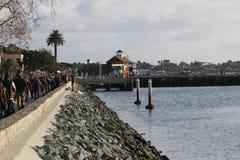 沿码头的人群 免版税库存图片