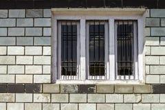 沿砖墙的传统窗口有天空云彩反射的 免版税库存图片
