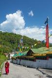 沿祷告墙壁的西藏佛教新手步行在隆德寺在甘托克,锡金,印度 免版税库存照片