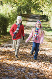 沿秋天男孩路径运行的年轻人 库存图片