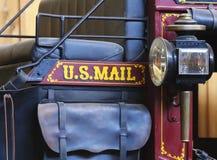 沿秋天配件箱国家(地区)邮件路s副u S 在葡萄酒驿马车的邮件标志 免版税库存图片