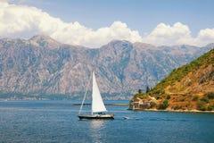 沿科托尔海湾的一条小船风帆 黑山 免版税库存图片