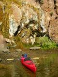 沿科罗拉多河的shorline的五颜六色的墙壁在胡佛水坝之下的 免版税库存照片