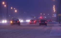 沿积雪的路的汽车驱动 库存图片
