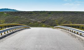 沿空的桥梁的相称图片在柏油路 图库摄影