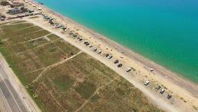 沿绿松石海,空中录影海岸的飞越  股票视频