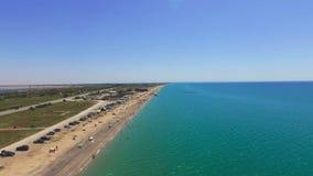 沿绿松石海,空中录影海岸的飞越  股票录像