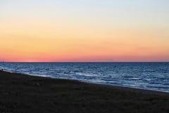 沿美丽的密歇根湖海滩的日落 免版税库存图片