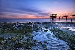 沿美丽的海岸五颜六色的日出 免版税图库摄影